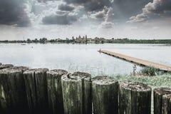 Horizonte del paisaje urbano en el lago Mantua Italia Foto de archivo