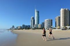 Horizonte del paraíso de las personas que practica surf - Queensland Australia Imagen de archivo libre de regalías