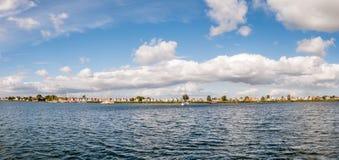 Horizonte del pueblo Durgerdam con las casas y los barcos viejos, IJm imagen de archivo libre de regalías