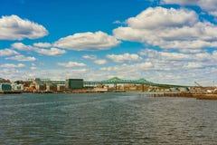 Horizonte del puente de Boston y de Tobin en la distancia fotos de archivo