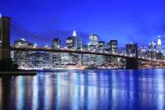 Horizonte del puente y de Manhattan de Brooklyn en la noche Imagen de archivo libre de regalías
