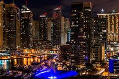 Horizonte del puerto deportivo de Dubai en la noche imagen de archivo libre de regalías