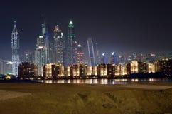 Horizonte del puerto deportivo de Dubai por noche Imágenes de archivo libres de regalías