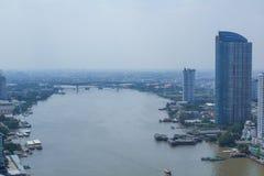 Horizonte del río y de Bangkok de ChaoPhraya por la tarde foto de archivo libre de regalías