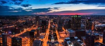 Horizonte del St Louis City visto desde arriba en la noche Imagen de archivo libre de regalías
