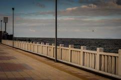 Horizonte do oceano através do porto de balsa Fotos de Stock Royalty Free