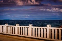Horizonte do oceano através do porto de balsa Fotografia de Stock