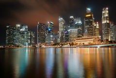 Horizonte en la noche en el negocio Asia céntrica de Singapur fotos de archivo