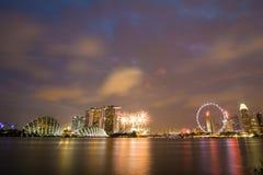 Horizonte en la noche en Marina Bay, Singapur Imágenes de archivo libres de regalías