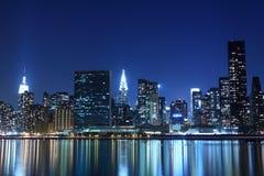 Horizonte en las luces de la noche, New York City de Manhattan imagenes de archivo