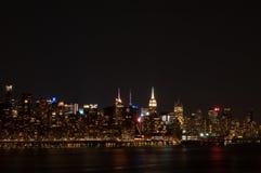 Horizonte en las luces de la noche, New York City de Manhattan Foto de archivo
