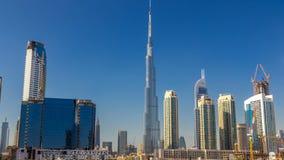 Horizonte escénico de la bahía del negocio de Dubai con los rascacielos en el timelapse del tiempo del día almacen de metraje de vídeo