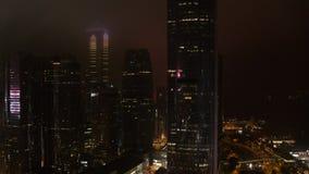 Horizonte fantástico de la noche con los rascacielos iluminados existencias Vista elevada de Dubai céntrico, UAE Viaje colorido almacen de metraje de vídeo
