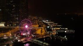 Horizonte fantástico de la noche con los rascacielos iluminados existencias Vista elevada de Dubai céntrico, UAE Viaje colorido almacen de video