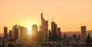 Horizonte financiero de la ciudad del distrito de Francfort en la puesta del sol Imagenes de archivo