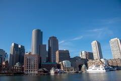 Horizonte financiero del distrito de Boston del Harborwalk imagen de archivo libre de regalías