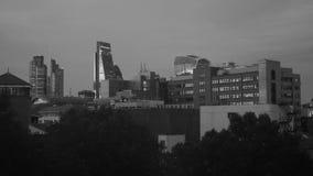 Horizonte financiero del distrito de la ciudad de Londres en la puesta del sol blanco y negro almacen de video