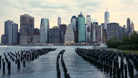 Horizonte financiero del distrito de Manhattan del parque del puente de Brooklyn metrajes