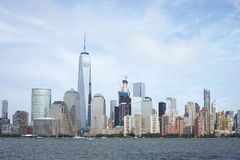 Horizonte financiero del distrito de Manhattan visto de Jersey City Imagenes de archivo