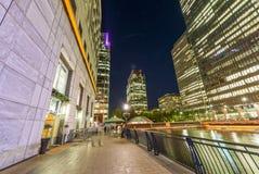 Horizonte hermoso de Canary Wharf en la noche, Londres del leve de la calle Foto de archivo libre de regalías
