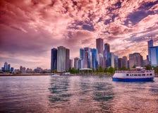Horizonte hermoso de Chicago durante puesta del sol Imagen de archivo