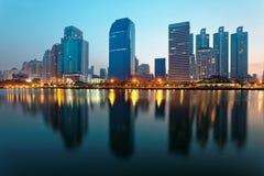 Horizonte hermoso de la ciudad de Bangkok en el amanecer con los rascacielos y las reflexiones de la orilla del lago Fotos de archivo