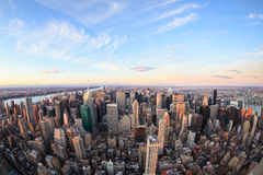 Horizonte hermoso de New York City con los rascacielos urbanos Fotos de archivo libres de regalías