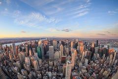 Horizonte hermoso de New York City con los rascacielos urbanos Fotografía de archivo libre de regalías
