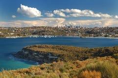 Horizonte hermoso de Sydney con la bahía del océano Fotos de archivo