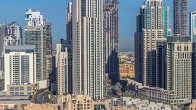 Horizonte hermoso del centro de la ciudad de Dubai y de la bahía del negocio con arquitectura moderna metrajes