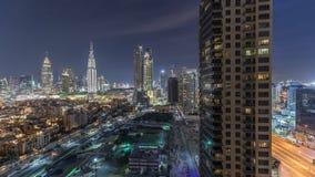 Horizonte hermoso del centro de la ciudad de Dubai y de la bahía del negocio con el timelapse moderno de la noche de la arquitect almacen de metraje de vídeo