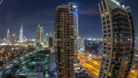 Horizonte hermoso del centro de la ciudad de Dubai y de la bahía del negocio con el timelapse moderno de la noche de la arquitect metrajes