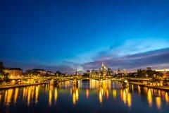 Horizonte iluminado de Francfort en la noche Foto de archivo libre de regalías