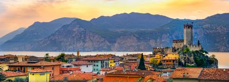Horizonte italiano del pueblo de la ciudad panorámica pacífica de Malcesine en panorama horizontal romántico de la costa del lago fotografía de archivo