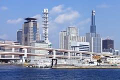 Horizonte japonés de Kobe de la ciudad con el puente del paso elevado, edificios de oficinas Imagen de archivo libre de regalías