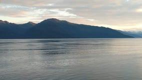 Horizonte llenado montaña en el Océano Pacífico Paso interior Alaska imagen de archivo