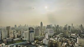 Horizonte nebuloso de la ciudad metrajes