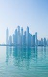 Horizonte nebuloso del puerto deportivo de Dubai Imagenes de archivo