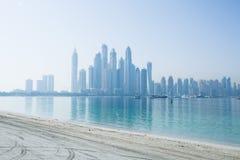 Horizonte nebuloso del puerto deportivo de Dubai Fotografía de archivo