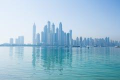 Horizonte nebuloso del puerto deportivo de Dubai Imágenes de archivo libres de regalías