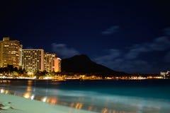 Horizonte Nightscape de Waikiki con la playa y el océano en primero plano Foto de archivo libre de regalías