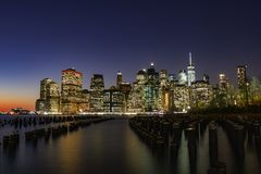 Horizonte Nueva York en la noche Foto de archivo libre de regalías