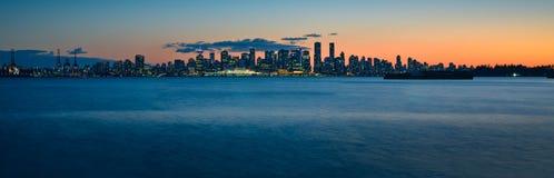 Horizonte panorámico épico tirado de Vancouver durante hora azul Imágenes de archivo libres de regalías