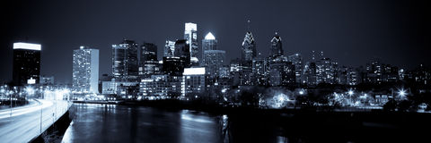 Horizonte panorámico de Philadelphia por noche por noche foto de archivo libre de regalías