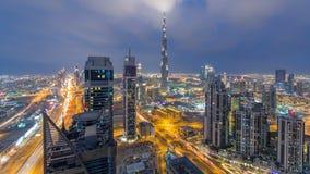 Horizonte panorámico hermoso del día de Dubai al timelapse de la noche, United Arab Emirates Vista de rascacielos famosos almacen de metraje de vídeo