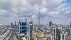 Horizonte panorámico hermoso del timelapse de Dubai, United Arab Emirates Vista de rascacielos famosos almacen de metraje de vídeo