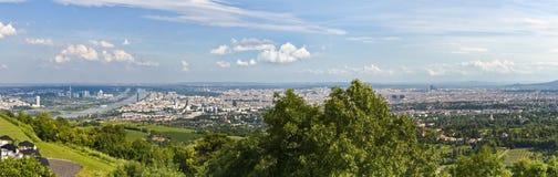 Horizonte - panorama Viena con Danubio azul y clo Foto de archivo