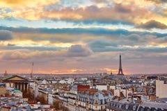 Horizonte parisiense con la torre Eiffel en la puesta del sol Foto de archivo libre de regalías