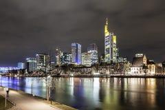 Horizonte principal de Francfort en la noche, Alemania Fotos de archivo libres de regalías