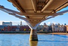 Horizonte Reino Unido del puente del milenio de Londres Imagen de archivo libre de regalías
